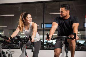 Frau im Fitnessstudio ansprechen