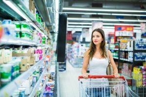 Frau im Supermarkt ansprechen